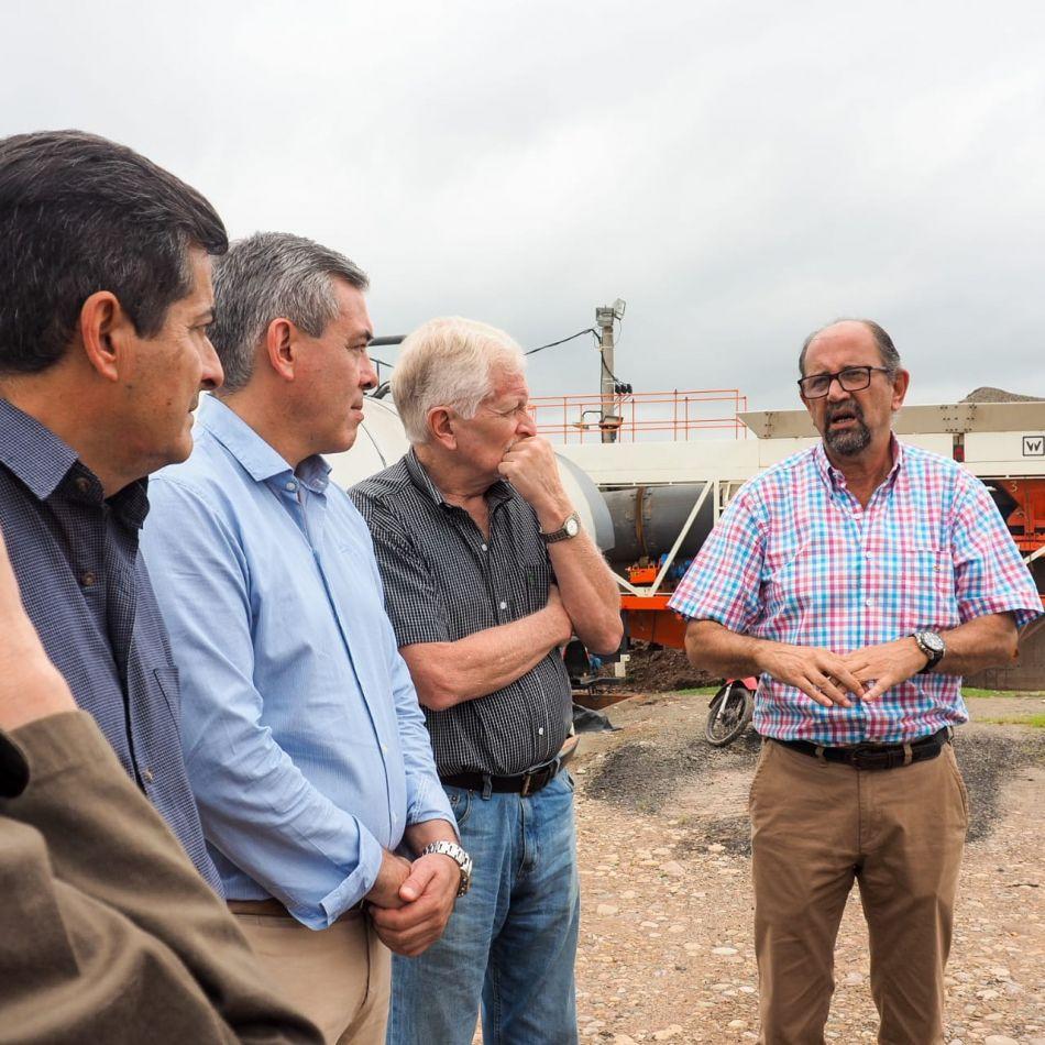 Intendentes y autoridades en la planta pavimentadora