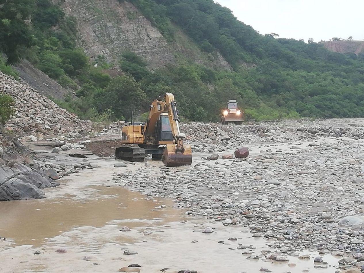 Maquinaria trabaja por la crecida del río Huaico en Los Toldos